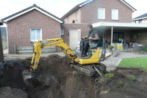 Zwembad uitgraven minikraan 70 cm en loader 4 ton 3